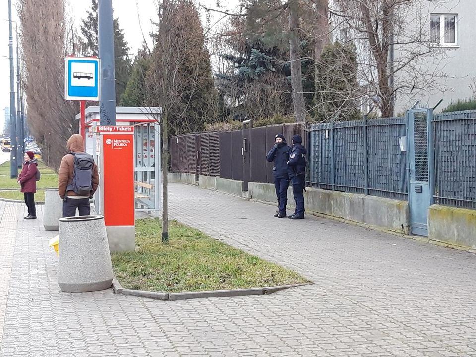 Przy willi prezesa PiS Jarosława Kaczyńskiego przystanku autobusowego Marymont Potok na ul. Mickiewicza dyżuruje pieszy patrol policji