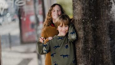 Strategie, jakie rozwijamy w konkurowaniu z rodzeństwem o uwagę rodziców, zapisują się w naszej osobowości i często odzywają się także w dorosłości.