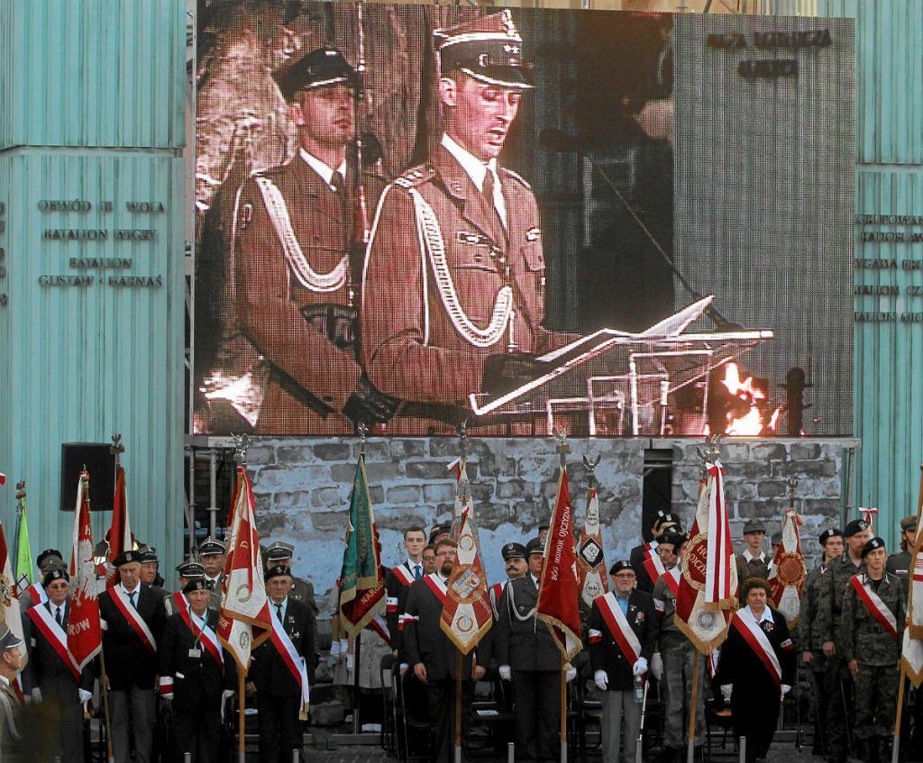 Plac Krasińskich, apel poległych podczas obchodów 66. rocznicy wybuchu powstania warszawskiego.