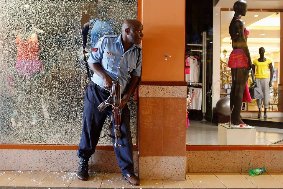 Co najmniej 59 osób zginęło w ataku grupy islamistów na centrum handlowym Westgate w Nairobi - informuje kenijski Czerwony Krzyż. Do przeprowadzenia akcji przyznała się organizacja Al-Szabab, od dawna współpracująca z Al-Kaidą. Trwa akcja odbijania zakładników - nikt nie wiem, ilu ich jest