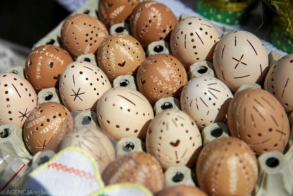 Blisko siedemdziesięciu wystawców uczestniczyło w tegorocznym Kiermaszu Wielkanocnym, zorganizowanym na placu Zamkowym. Byli wśród nich zarówno firmy z branży spożywczej, takie jak spółdzielnie mleczarskie, piekarnie, olejarnie czy cukiernie, jak też drobni wytwórcy oraz koła gospodyń wiejskich i lokalne stowarzyszenia. Na stoiskach znaleźć można m.in. wielkanocne słodkości, miody, pieczywo, oleje, sery, nabiał i wędliny. Nie brakuje też wyrobów garmażeryjnych i smakowitych potraw. Imponująco prezentuje się oferta rękodzieła ludowego - pisanki tworzone różną techniką, palmy wielkanocne, koszyczki i inne wyroby z wikliny. Są nawet wytwarzane z naturalnych tkanin maskotki oraz pamiątki z drewna, skóry, czy szkła. W niedzielę (ostatni dzień kiermaszu) organizatorzy zorganizowali warsztaty kulinarne, w których główną rolę odgrywa jajko. tko