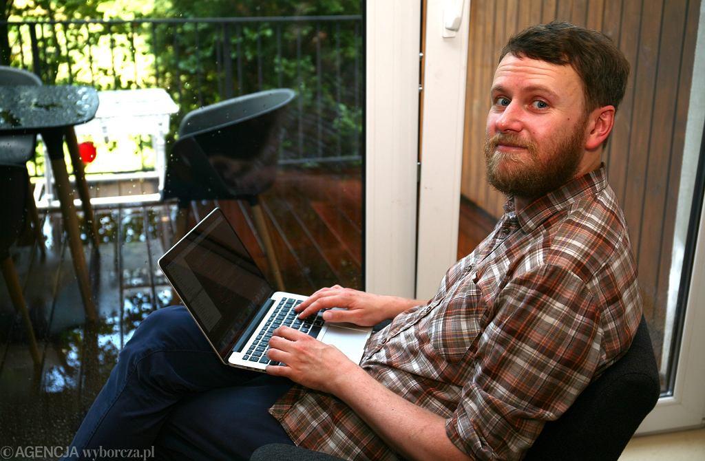 Adam Król były, pracownik księgarni, który przekwalifikował się na programistę.