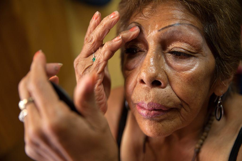 Luchita podczas wykonywania makijażu