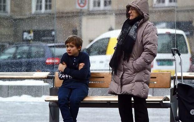Chłopiec trzęsie się z zimna na przystanku. Pomoglibyście?