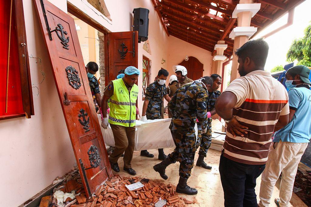 Rośnie liczba ofiar zamachów na Sri Lance. Mówi się o 290 zabitych, a kilkaset osób jest rannych. W niedzielę terroryści zaatakowali w sześciu miejscach - kościołach i hotelach. A po kilku godzinach uderzyli jeszcze dwa razy. Na zdjęciu: kościół św. Sebastiana w Negombo, 21 kwietnia 2019