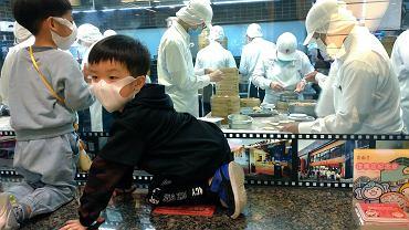 Epidemia koronawirusa. Pracownicy przemysłu spożywczego i ich dzieci w maskach. Taipei, Taiwan, 7 marca 2020