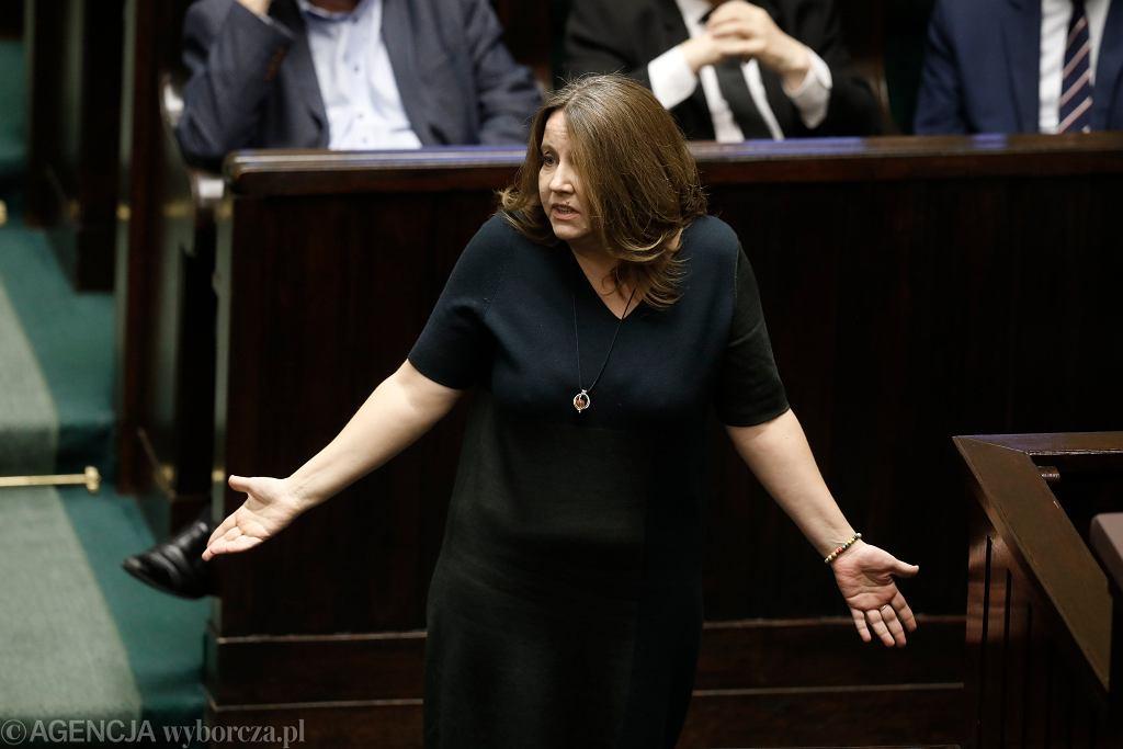 Posłanka Joanna Lichocka w Sejmie po wykonaniu słynnego gestu ze środkowym palcem, 13 lutego 2020 r.
