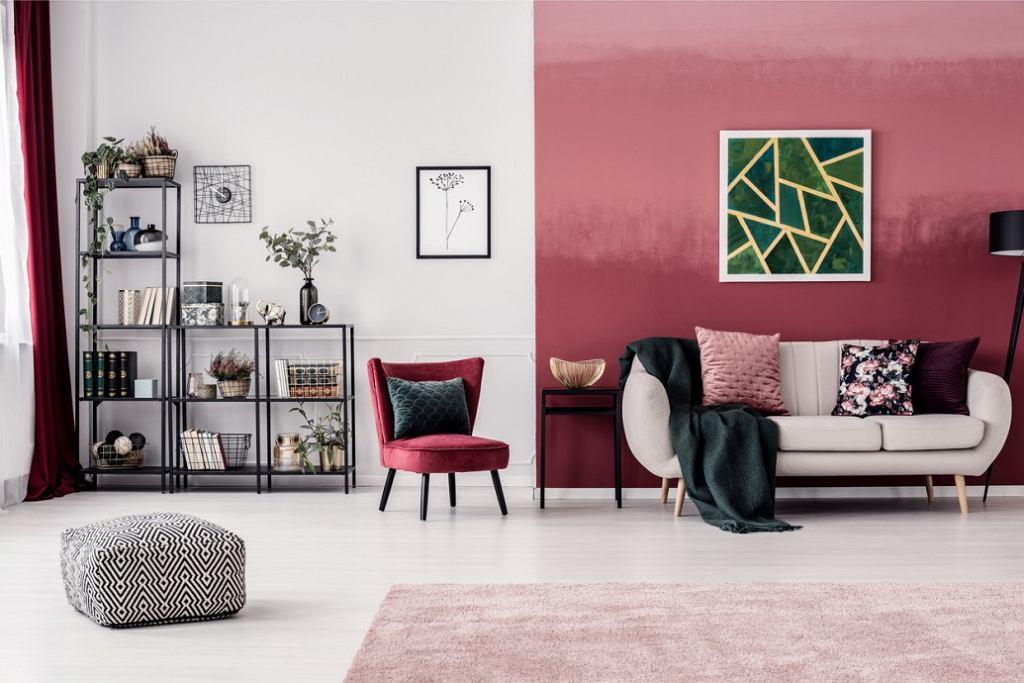 Ciekawe połączenie koloru ścian w odcieniu brudnego różu i koralu.