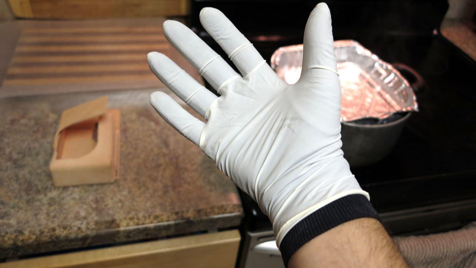 Od 2 kwietnia rękawiczki jednorazowe obowiązkowe. Sklepy i klienci pytają, skąd je wziąć