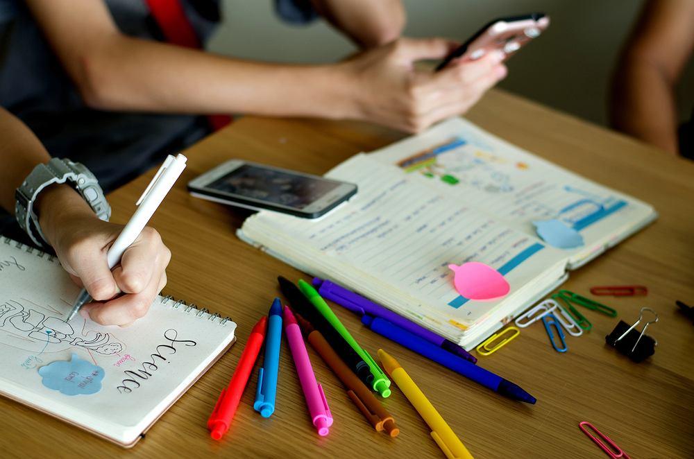 Francja wprowadza całkowity zakaz korzystania z telefonów komórkowych w szkołach