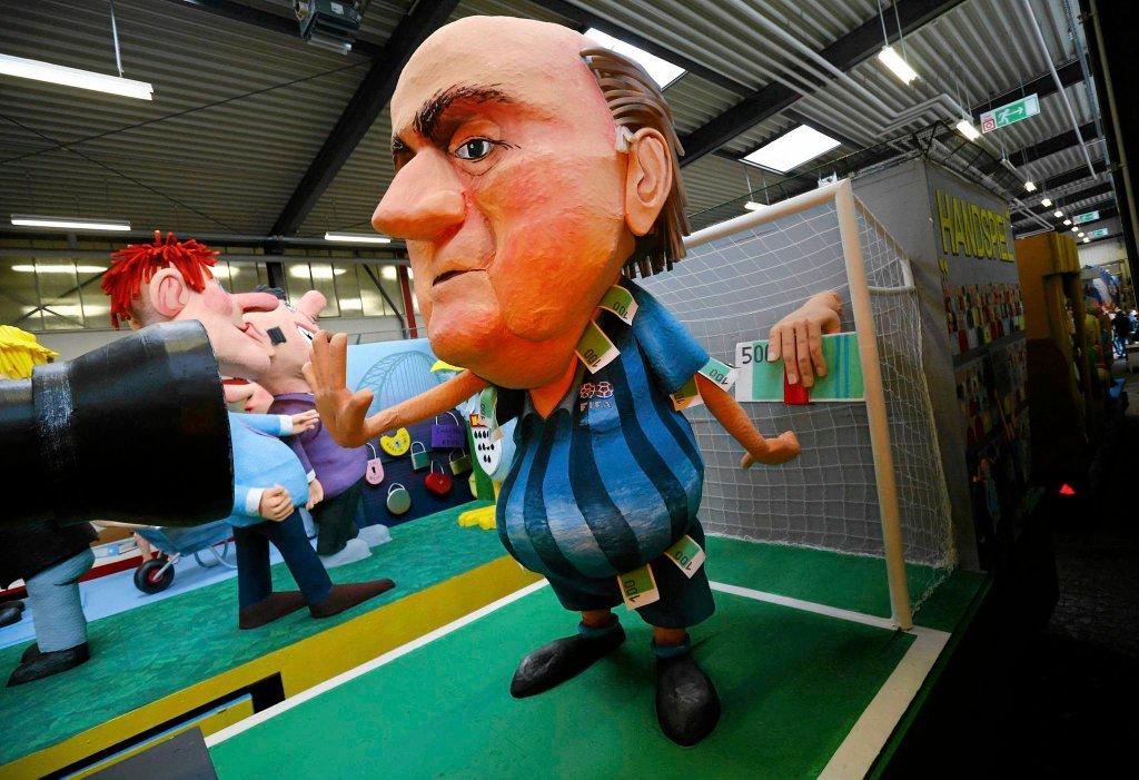 Kukła Seppa Blattera podczas karnawału w Kolonii