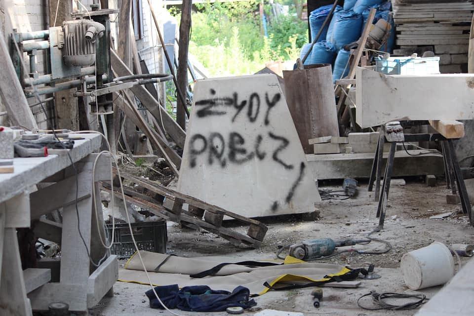 Wąwolnica. Zakład kamieniarski zdewastowany koparką