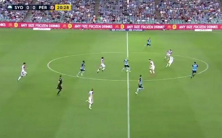 Adrian Mierzejewski w meczu Sydney - Perth Glory