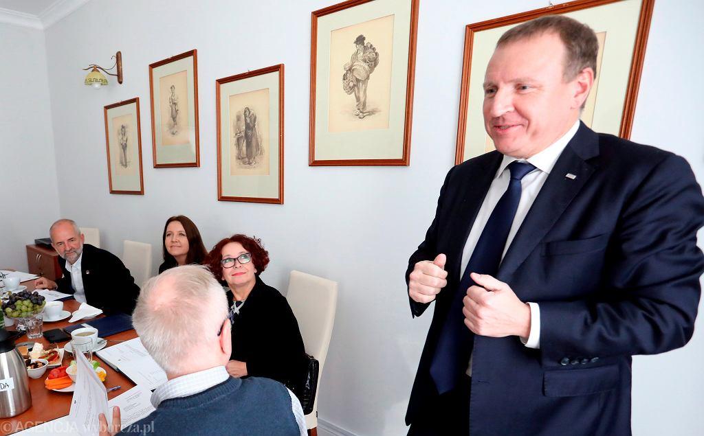 Prezes TVP Jacek Kurski podczas spotkania z członkami Rady Mediów Narodowych w 2017 r. Od lewej: Juliusz Braun , Joanna Lichocka , Elżbieta Kruk , Jacek Kurski , tyłem Krzysztof Czabański .