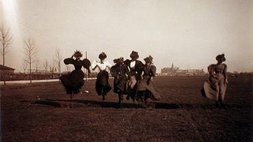 To głównie dzięki tej fotografii możemy w miarę precyzyjnie datować tę osobliwą sesję. W szerokiej perspektywie majaczy sylweta Wawelu i wprawne oko dostrzeże wieżę Zygmuntowską nakrytą jeszcze starym, niezbyt efektownym hełmem, zmienionym dopiero podczas jej gruntownego remontu w latach 1897-1898. To pierwsza ważna wskazówka do datowania
