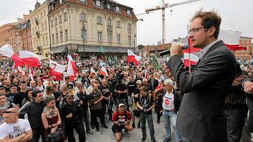 Lider Ruchu Narodowego Robert Winnicki 28 czerwca 2014 r. w Warszawie podczas antyrządowej demonstracji po ujawnieniu afery taśmowej. Manifestację Ruchu szczegółowo relacjonowała Telewizja Trwam