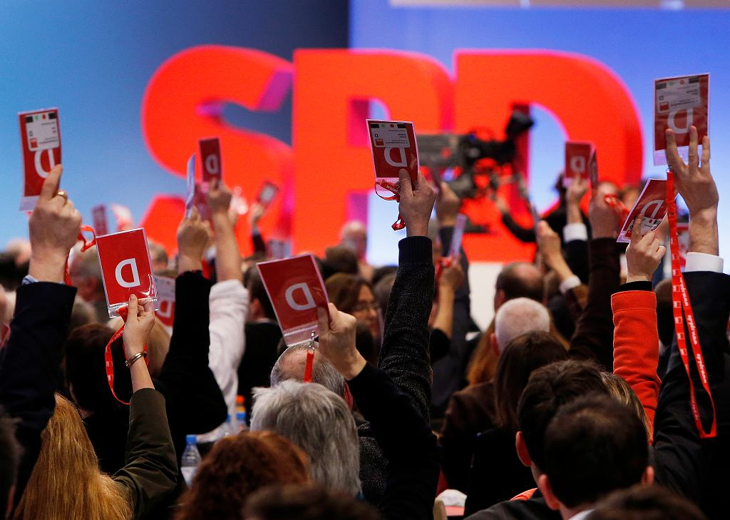 Delegaci zjazdu SPD głosują za rozmowami koalicyjnymi z chadecją, Bonn 21 stycznia 2018 r.
