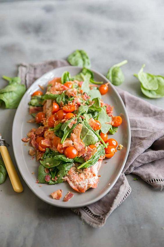 Sałatka z łososiem doskonale nadaje się zarówno na lunch, obiad, jak i kolację