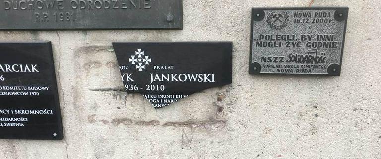 Solidarność apeluje o naprawę tablicy poświęconej ks. Jankowskiemu