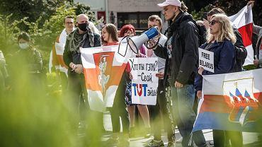 Hleb Vajkul (z megafonem) podczas wiecu solidarności z Białorusią w Bydgoszczy