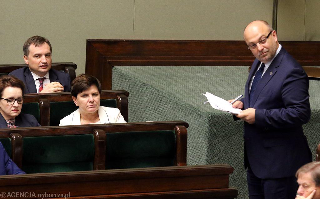 Wiceminister Łukasz Piebiak i minister sprawiedliwości Zbigniew Ziobro podczas posiedzenia Sejmu