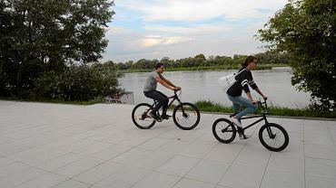 Ta szeroka promenada jest przeznaczona dla rowerzystów i dla pieszych. Nie wolno będzie nią pędzić - dla cyklistów, którym się spieszy, przeznaczona będzie asfaltowa ścieżka bliżej Wisłostrady
