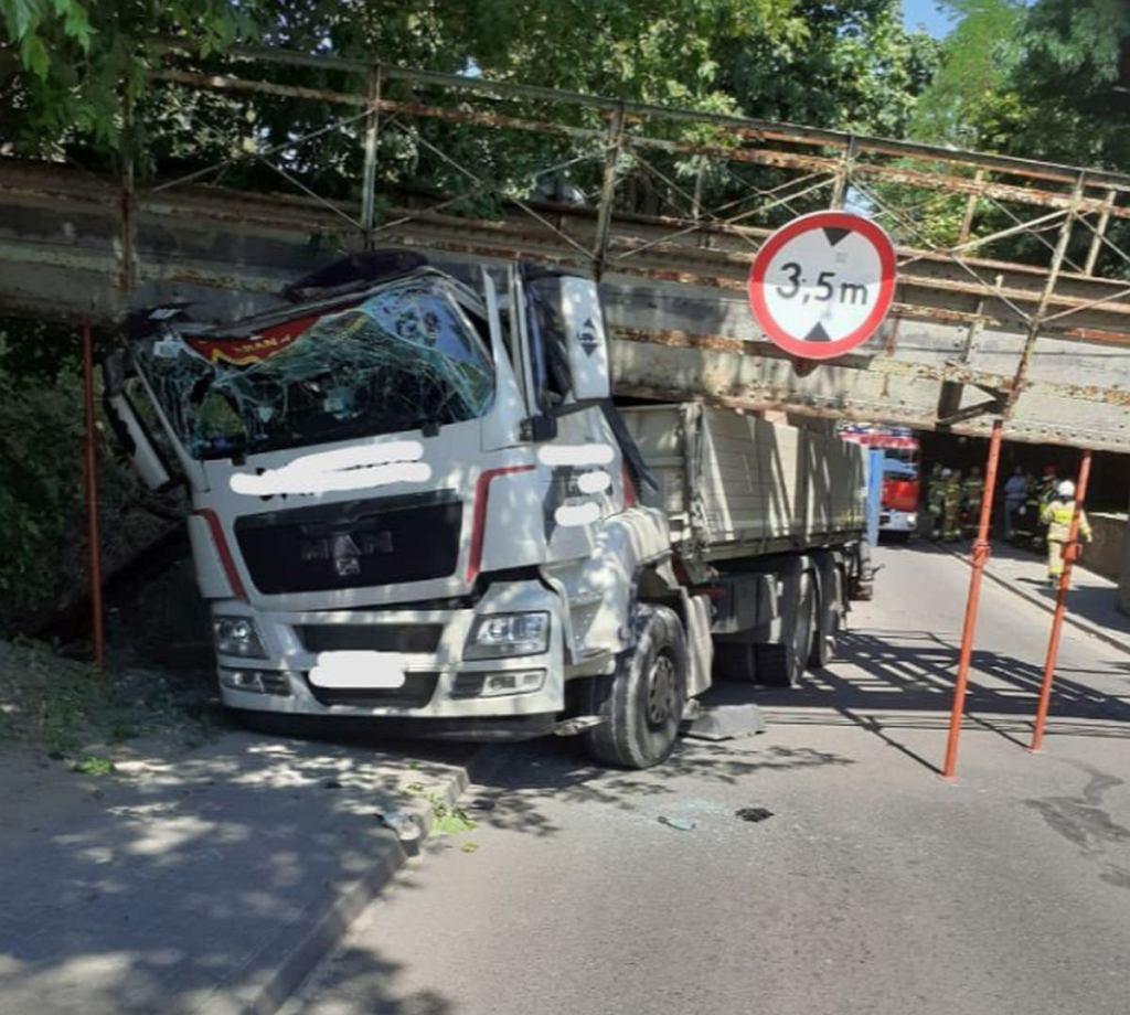 W Sierakowie w woj. wielopolskim ciężarówka całkowicie zniszczyła nieczynny wiadukt kolejowy, który znajduje się nad główną ulicą miasta.