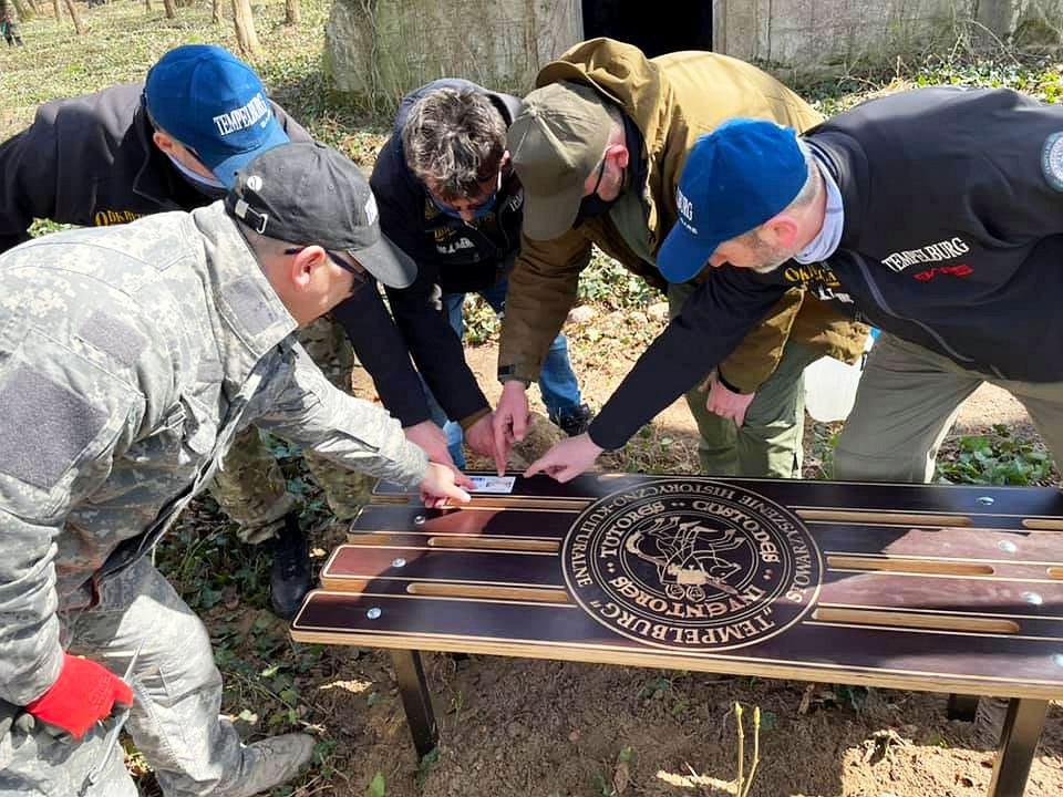 Ławka pamięci na cmentarzu w Miłkowie ufundowana za pieniądze z programu 'Społecznik'