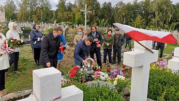 Polska flaga na cmentarzu w Sopoćkiniach