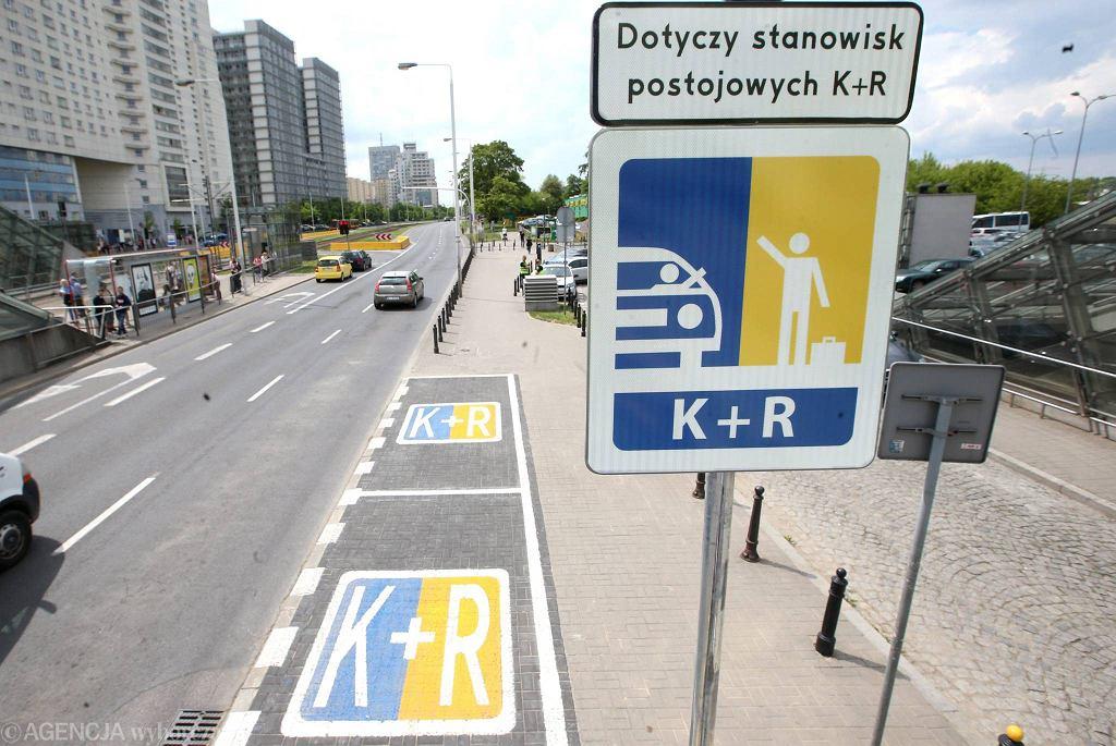 Strefa Kiss & Ride (Pocałuj i jedź) pod Dworcem Gdańskim w Warszawie