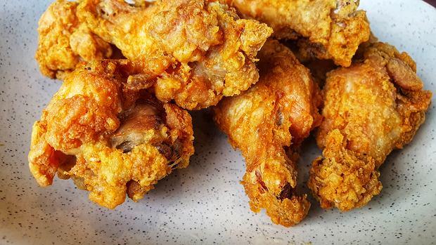 Idealny smażony kurczak? Do marynaty dodaj wodę gazowaną [PRZEPISY]