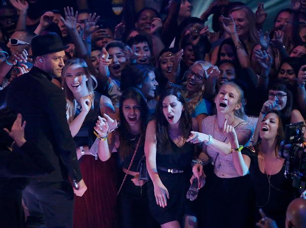 Fans scream for singer Justin Timberlake (L) as he performs during the 2013 MTV Video Music Awards in New York August 25, 2013.   REUTERS/Lucas Jackson (UNITED STATES  - Tags: ENTERTAINMENT) (MTV-SHOW)