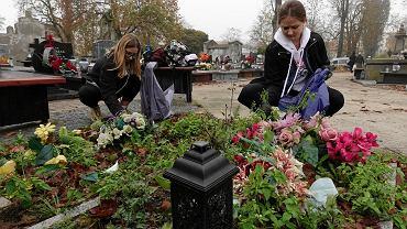 Młodzi płocczanie sprzątają nagrobki odnowione w ramach akcji Ratujmy Płockie Powązki