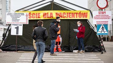 Wejście dla pacjentów do szpitala w Lublinie.