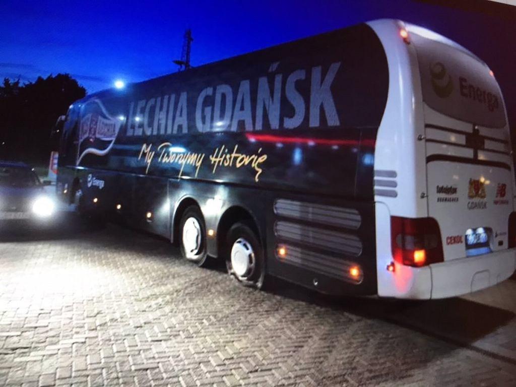 Przebite opony w autokarze Lechii Gdańsk