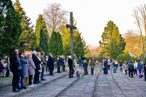 Zdjęcie numer 3 w galerii - 1 listopada w Bielsku-Białej. Kwiaty, wieńce i znicze na grobach [ZDJĘCIA]