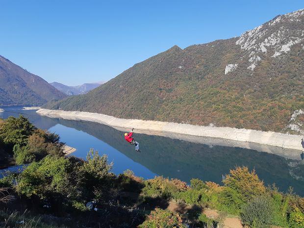 Najdłuższa tyrolka w Czarnogórze - 1400 metrów liny rozciągniętej nad Jeziorem Pivskim