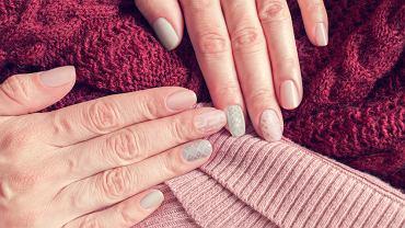 Paznokcie sweterkowe to hit! Jak wygląda taki manicure i jak go zrobić krok po kroku?
