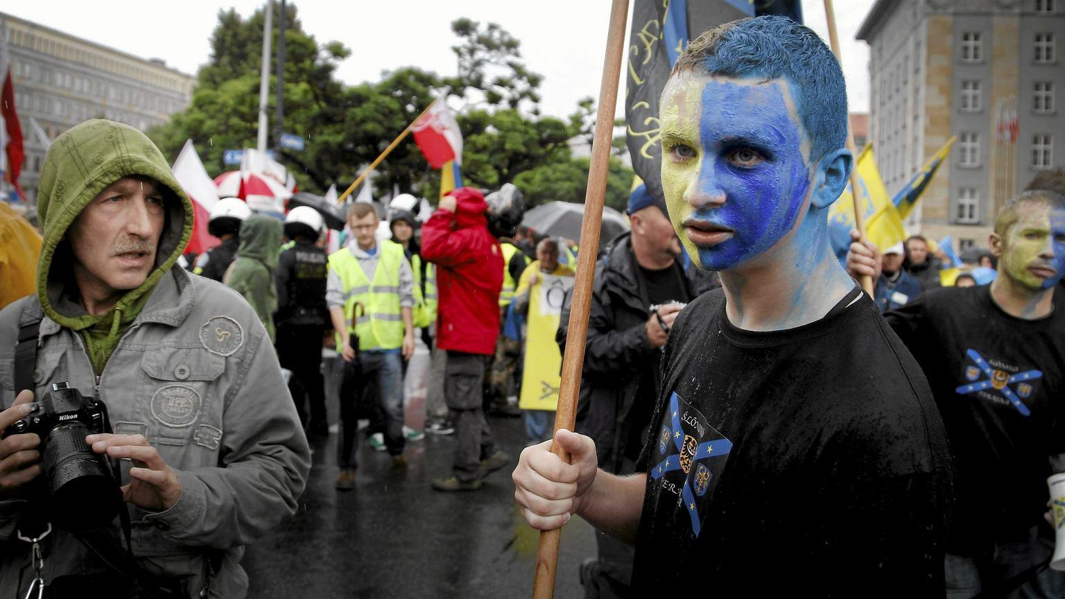Marsz Ruchu Autonomii Śląska z symbolami żółto-niebieskimi