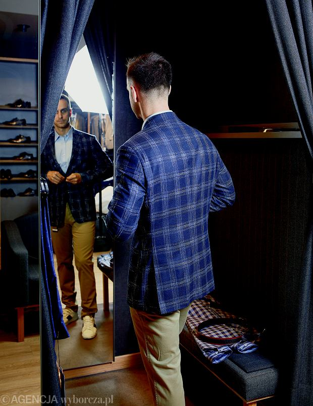 W salonie marki Lavard Grzegorz mierzy taliowaną marynarkę w kratkę z kolekcji na jesień. Leży jak ulał, a taliowany krój nadaje dobry kształt jego sylwetce.