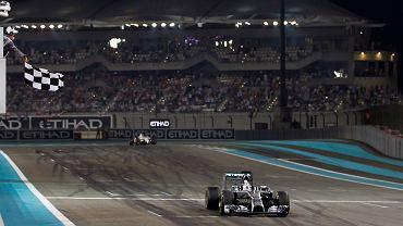 Lewis Hamilton przejeżdża linie mety i tym samym wygrywa swój drugi mistrzowski tytuł w F1. Brytyjczyk sukces przypieczętował pierwszym miejscem w GP Abu Zabi. Hamilton na tytuł zapracował głównie znakomitym początkiem oraz końcówką sezonu.