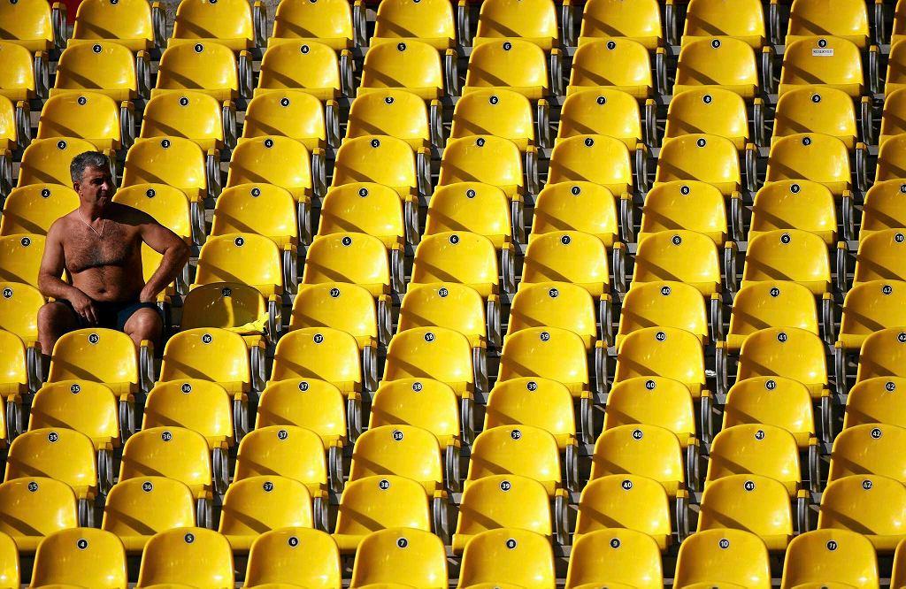 Mężczyzna siedzi na pustych trybunach stadionu w Moskwie podczas Lekkoatletycznych MŚ