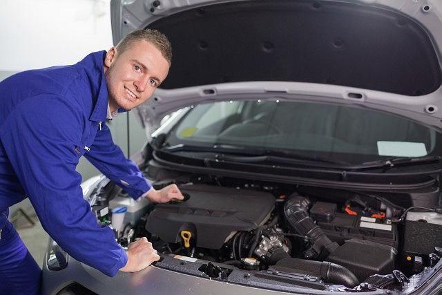 Każdy właściciel pojazdu musi regularnie kontrolować poziom oleju silnikowego