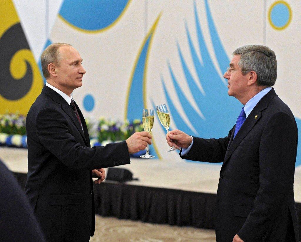 Na zdjęciu prezydent Władimir Putin wznosi toast z prezydentem MKOl-u Thomasem Bachem na zakończenie igrzysk 24 lutego.