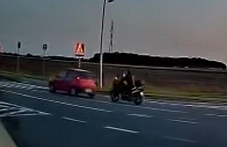 Motocyklista wjeżdża w Fiata Punto. Ponosi śmierć na miejscu.