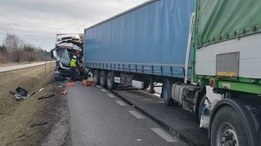 Wypadek na DK50. Zderzyły się cztery ciężarówki