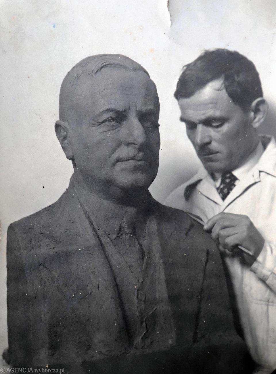 Stefan Policiński podczas pracy przy popiersiu Gabriela Narutowicza. Zdjęcie z archiwum rodzinnego