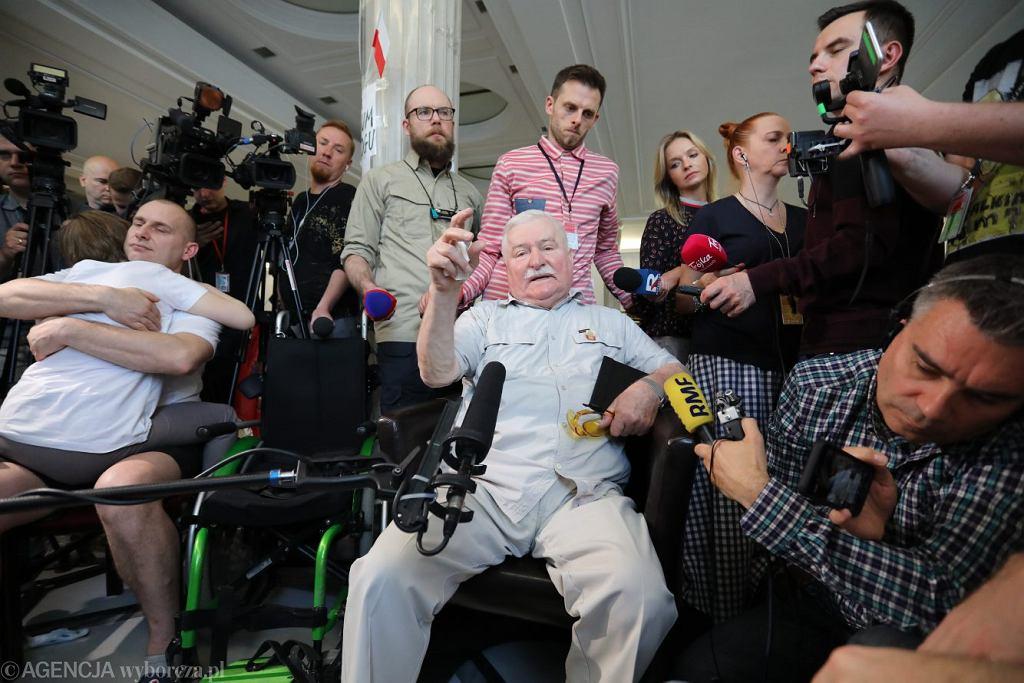Prezydent Lech Wałęsa z wizytą u protestujących rodziców osób niepełnosprawnych w Sejmie, 21 maja 2018 r.