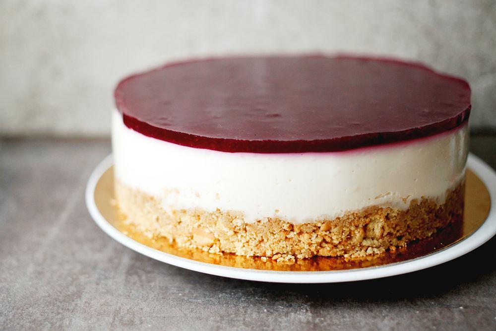 Sernik na zimno z serków homogenizowanych to proste ciasto, które wcale nie wymaga dużo pracy.