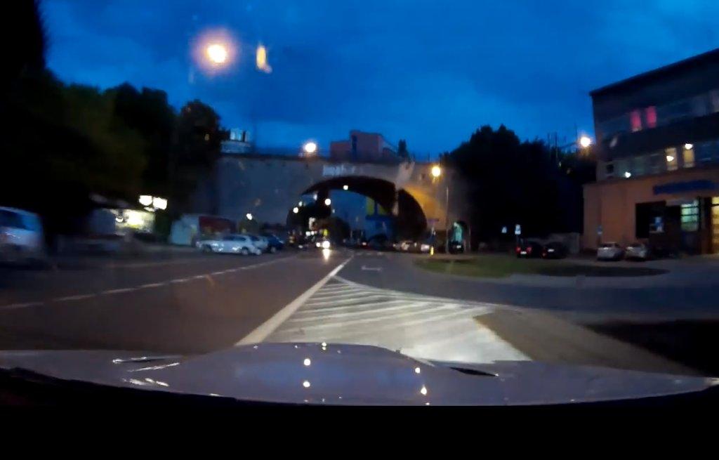 Kadr z filmu przedstawiającego rajd kierowcy białego BMW po ulicach Warszawy